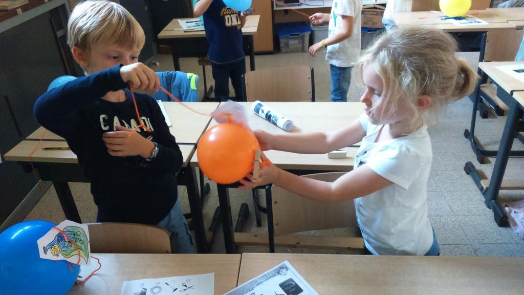 Vliegende superhelden maken met een ballon.